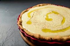 Photo en gros plan de tarte avec de la crème et l'huile d'olive Photographie stock libre de droits