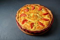 Photo en gros plan de tarte classique de la Lorraine de quiche avec des tomates Photo stock