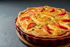 Photo en gros plan de tarte classique de la Lorraine de quiche avec des tomates Images stock