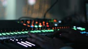 Photo en gros plan des mains masculines mises sur un pupitre de commande sain L'ingénieur audio actionne son instrument, appareil clips vidéos