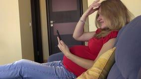 Photo espiègle d'autoportrait de prise de femme enceinte au téléphone portable banque de vidéos