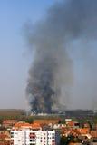 Photo excessive d'incendie de forêt près de ville Photos stock
