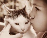 Photo extérieure de garçon et de chat Images stock