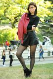 Photo extérieure de mode de mode de vie de jeune femme élégante Photographie stock