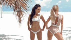Photo extérieure des modèles sexy de filles de bikini dans des maillots de bain de mode sur la plage tropicale à l'île des Ma images libres de droits