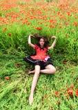 Photo ext?rieure de belle jeune femme dans le pavot image libre de droits