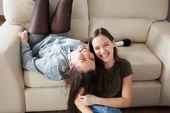 Photo franche de rire de deux soeurs Photos stock