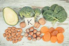 Photo, fruits et légumes contenant la vitamine K, minerais et fibre alimentaire de vintage, concept sain de nutrition Photos stock