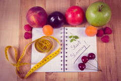 Photo, fruits, légumes et centimètre de vintage avec le carnet, le régime et la nourriture saine Photos libres de droits