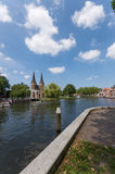 Photo grande-angulaire Oostpoort Delft montrant le canal Images stock
