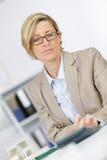 Photo happy businesswoman calculating invoice at desk stock photos