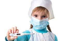Photo haute étroite de paysage de jeune docteur féminin avec le masque madical tenant le thermomètre électronique dans la main dr photographie stock