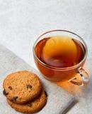 Photo haute de fin de vue supérieure de la tasse de thé en verre avec des biscuits d'isolement sur le fond blanc, frontfocus, pro image libre de droits