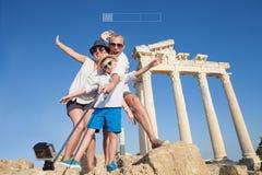 Photo heureuse de selfie de famille des vacances d'été Image stock