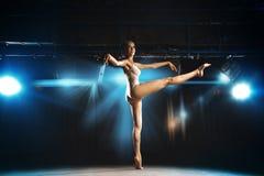 Photo horizontale de ballerine blonde mince sur l'étape Photographie stock libre de droits