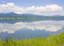 Réflexion de rivière de PEND Oreille des nuages, des montagnes de Selkirk et de de loup occidental Image stock