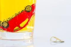 Photo horizontale de voiture rouge de jouet dans un verre de bière sur W photos libres de droits