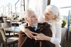 Photo horizontale des couples heureux tout en étant dans le restaurant Photographie stock