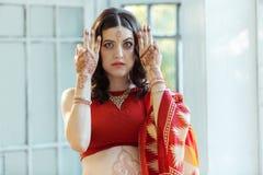 Photo indienne sur des mains de femme, tradition de mehendi Photographie stock