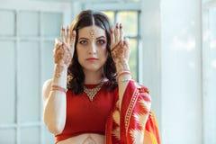 Photo indienne sur des mains de femme, tradition de mehendi Photographie stock libre de droits