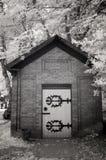 Photo infrarouge d'un petit immeuble de brique à un cimetière photographie stock libre de droits