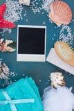 Photo instantanée avec le cadre du sel et des coquilles de mer Photos stock