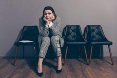 Photo intégrale de corps de taille désespérée de elle sa dame s'asseyant sur les fauteuils conçus élégants noirs attendant sur le photos libres de droits