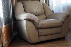 Photo intérieure de fauteuil en cuir gris de luxe images libres de droits