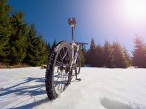 Photo large de vue de vélo de montagne dans la neige profonde Montagnes d'hiver avec la route Photographie stock libre de droits