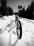 Photo large de vue de vélo de montagne dans la neige profonde Montagnes d'hiver avec la route Image stock