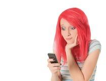 Photo lumineuse de femme rouge heureuse de cheveux avec la cellule Photo stock