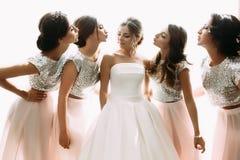 Photo lumineuse de la jeune mariée et des demoiselles d'honneur dans la chambre Photos libres de droits