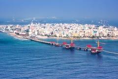 Photo masculine d'antenne de pont de mer d'île de capitale des Maldives Photo stock