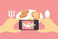 Photo mobile de nourriture de configuration plate, mains avec le téléphone prenant la photo Photographie stock libre de droits