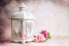 Photo modifiée la tonalité des roses pour les valentineou le jour birtday avec la lanterne, vintage de photographie de fond Photos libres de droits