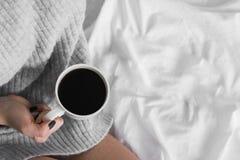 Photo molle de café potable de jeune fille, vue supérieure Photo stock