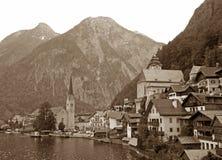Photo monochrome du beau village de lac de Hallstatt, Autriche Photographie stock libre de droits