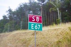 Photo montrant des panneaux routiers dans deux couleurs Images libres de droits