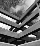 Photo noire et blanche d'a et de bâtiment contemporain en béton photo libre de droits