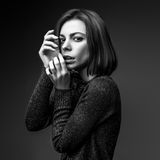 Photo noire et blanche de belle femme Photo stock