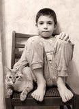 Photo noire et blanche de chat de la préadolescence de garçon Image stock