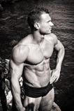 Photo noire et blanche de jeune homme musculaire attirant par la mer Photos libres de droits