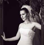 Photo noire et blanche de jeune mariée énigmatique Photographie stock
