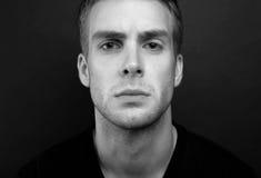 Photo noire et blanche de portrait de jeune homme avec futé et sage photographie stock libre de droits
