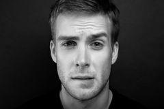 Photo noire et blanche de portrait de jeune homme avec un lo passionné photographie stock libre de droits