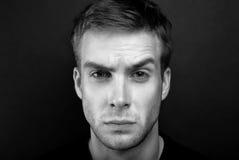 Photo noire et blanche de portrait de jeune homme fâché photographie stock libre de droits