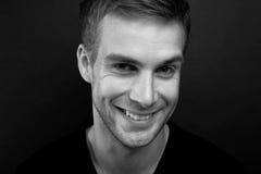 Photo noire et blanche de portrait de jeune homme heureux avec un blindin photographie stock