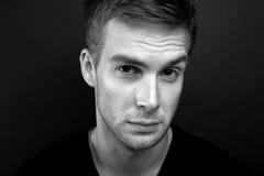 Photo noire et blanche de portrait de jeune homme méfiant photographie stock
