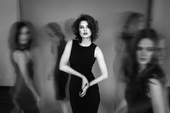 Photo noire et blanche de studio de cinq femmes dans des robes noires Bleu Images libres de droits