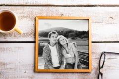 Photo noire et blanche des aînés dans le cadre de tableau Projectile de studio Images stock